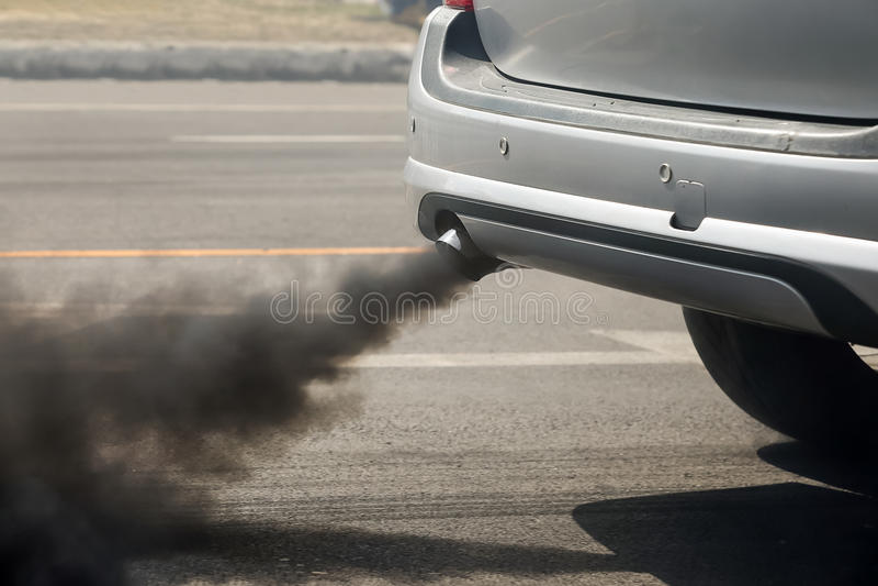 Ατμοσφαιρική ρύπανση από το σωλήνα εξάτμισης οχημάτων στο δρόμο στοκ φωτογραφίες