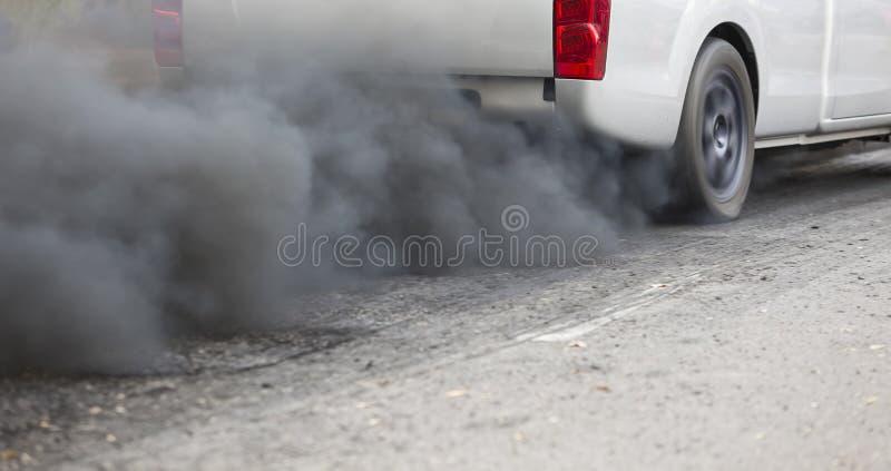 Ατμοσφαιρική ρύπανση από το σωλήνα εξάτμισης οχημάτων στοκ εικόνα με δικαίωμα ελεύθερης χρήσης