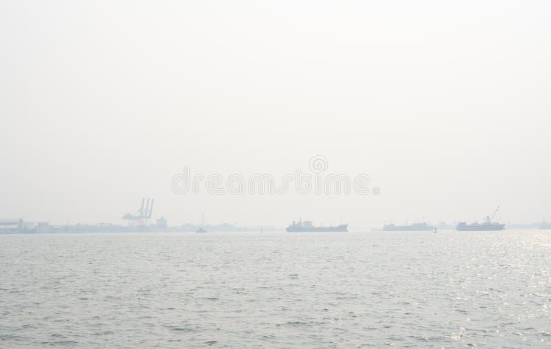 Ατμοσφαιρική ρύπανση στην αποβάθρα Κακή ατμοσφαιρική ποιότητα που γεμίζουν με τις αιτίες σκόνης των αναπνευστικών ασθενειών Παγκό στοκ εικόνα