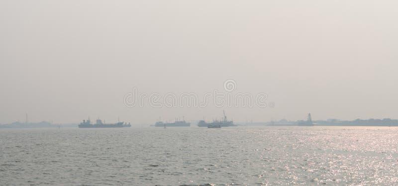 Ατμοσφαιρική ρύπανση στην αποβάθρα Κακή ατμοσφαιρική ποιότητα που γεμίζουν με τις αιτίες σκόνης των αναπνευστικών ασθενειών Παγκό στοκ εικόνες