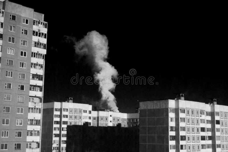 Ατμοσφαιρική ρύπανση στην πόλη Επιβλαβείς εκπομπές Κακός καπνός οικολογίας από το σωλήνα εργοστασίων Βρώμικος καπνός στον ουρανό στοκ φωτογραφία