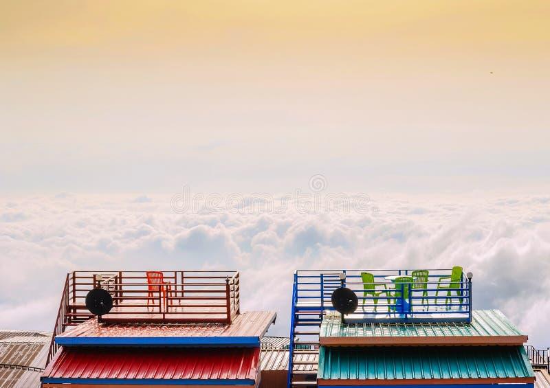 Ατμοσφαιρικό βρύο υδρονέφωσης από τη στέγη ενός σπιτιού, Phu Thap Boek, Π στοκ φωτογραφίες με δικαίωμα ελεύθερης χρήσης