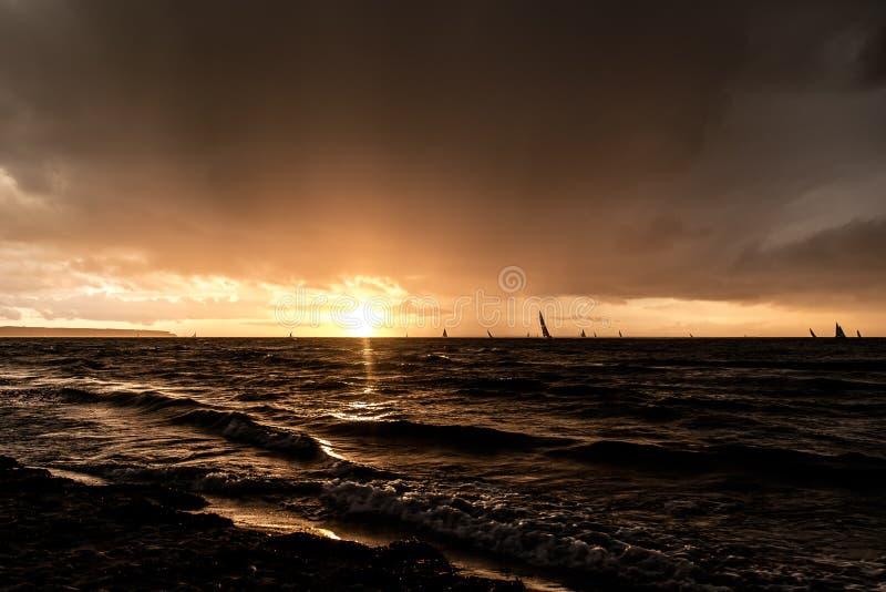 Ατμοσφαιρικό ηλιοβασίλεμα στοκ φωτογραφίες με δικαίωμα ελεύθερης χρήσης