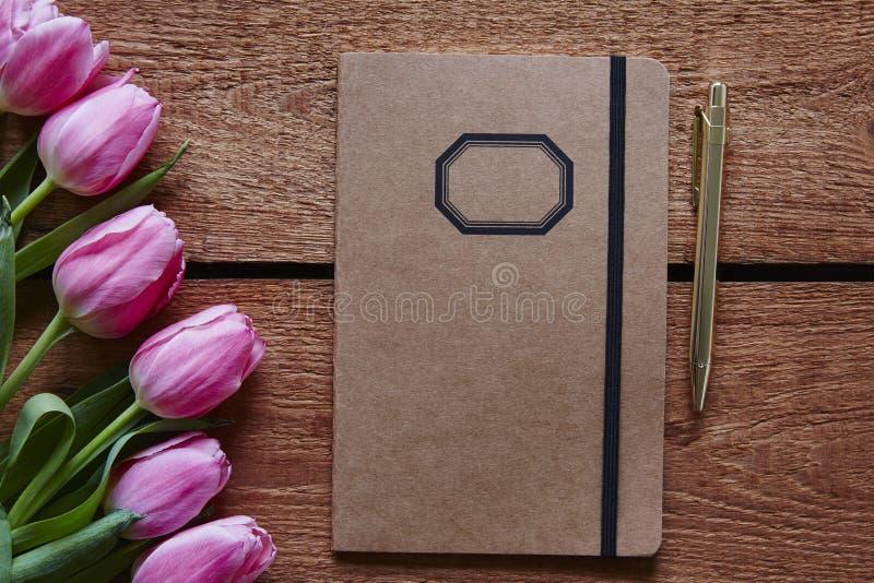 Ατμόσφαιρα άνοιξη σημειωματάριων και μανδρών με τις ρόδινες τουλίπες στοκ φωτογραφίες με δικαίωμα ελεύθερης χρήσης