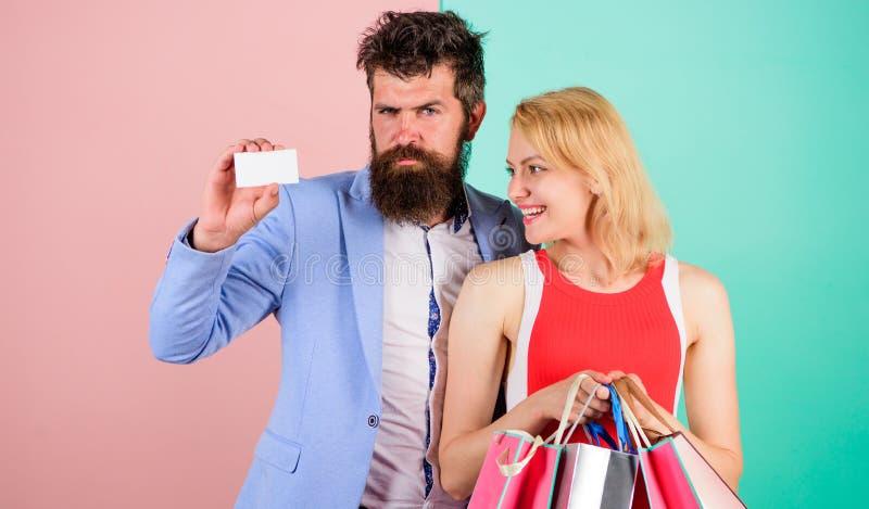 Ατόμων η γενειοφόρα hipster κάρτα και το κορίτσι λαβής πιστωτική απολαμβάνουν Ρωτήστε ότι το άτομο για να αγοράσει τα μέρη παρουσ στοκ φωτογραφίες