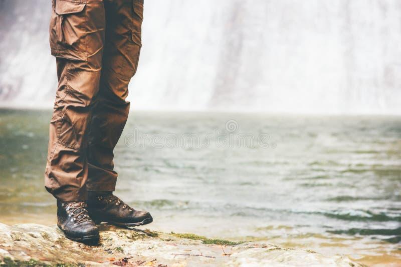 Ατόμων οδοιπορίας πόδια περπατήματος μποτών υπαίθριου στοκ φωτογραφία