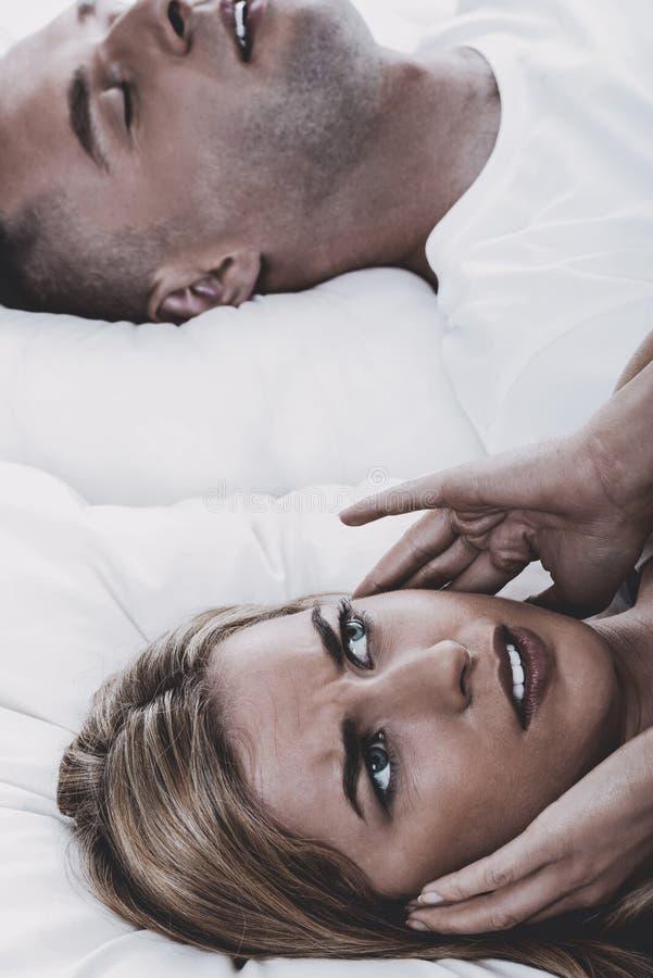 Ατόμων, σύζυγος δεν μπορεί να κοιμηθεί στοκ φωτογραφίες
