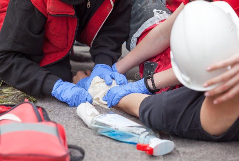 Ατύχημα εργασίας βοηθήστε πρώτα να εκπαιδεύσει Τραυματισμός βραχιόνων στοκ φωτογραφία