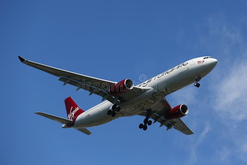 Ατλαντικό airbus της Virgin A330 στον ουρανό της Νέας Υόρκης πρίν προσγειώνεται στον αερολιμένα JFK στοκ εικόνα