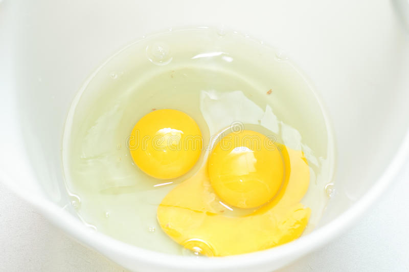 αυγά ακατέργαστα δύο στοκ εικόνες
