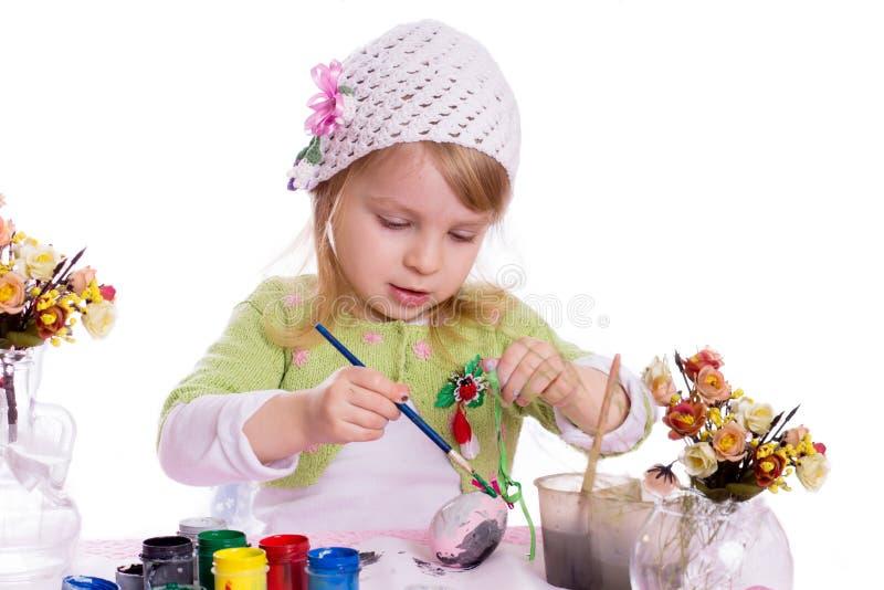Αυγά ζωγραφικής κοριτσιών για Πάσχα στοκ εικόνα με δικαίωμα ελεύθερης χρήσης