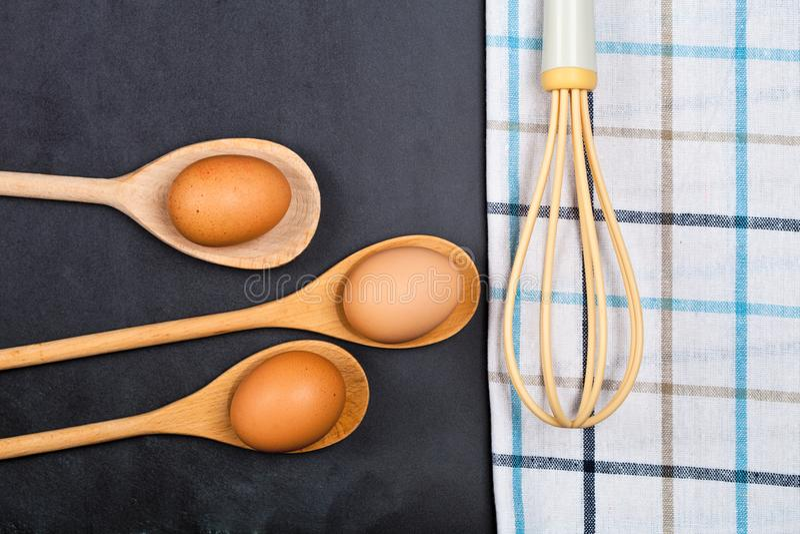 Αυγά και εργαλείο κουζινών στο υπόβαθρο ραχών στοκ εικόνα με δικαίωμα ελεύθερης χρήσης