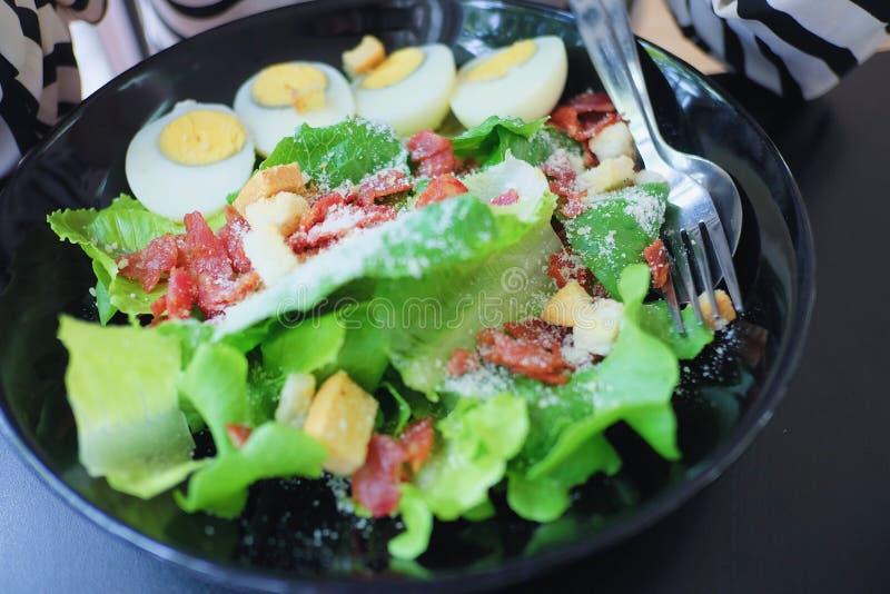 Αυγά και καπνισμένη σαλάτα μπέϊκον στοκ εικόνες