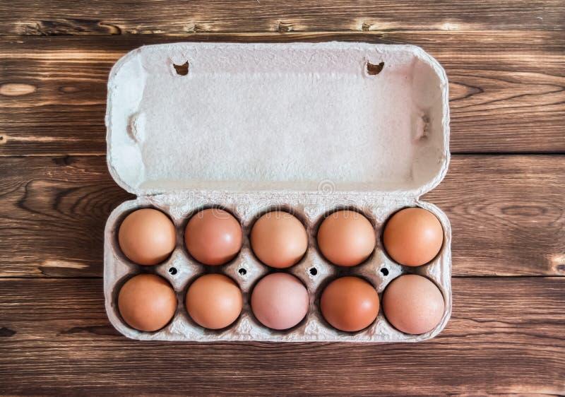 Αυγά κοτόπουλου κατά τη τοπ άποψη συσκευασίας στοκ φωτογραφία
