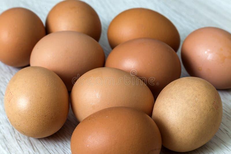 Αυγά κοτών στο επιτραπέζιο υπόβαθρο κουζινών Υγιής οργανική τροφή, εύγευστο γεύμα, χοληστερόλη και έννοια διατροφής στοκ φωτογραφίες