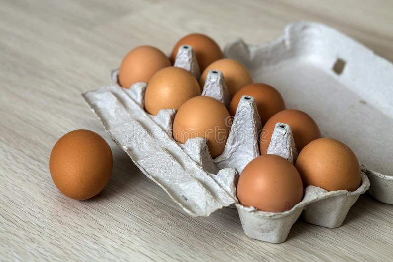 Αυγά κοτών στο επιτραπέζιο υπόβαθρο κουζινών Υγιής οργανική τροφή, εύγευστο γεύμα, χοληστερόλη και έννοια διατροφής στοκ φωτογραφία