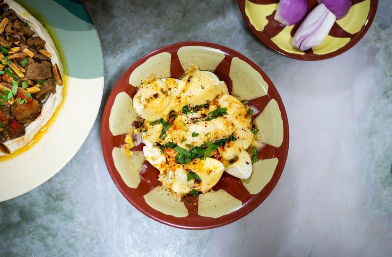 Αυγά με το τυρί και τα αραβικά τρόφιμα στον πίνακα στοκ φωτογραφία με δικαίωμα ελεύθερης χρήσης