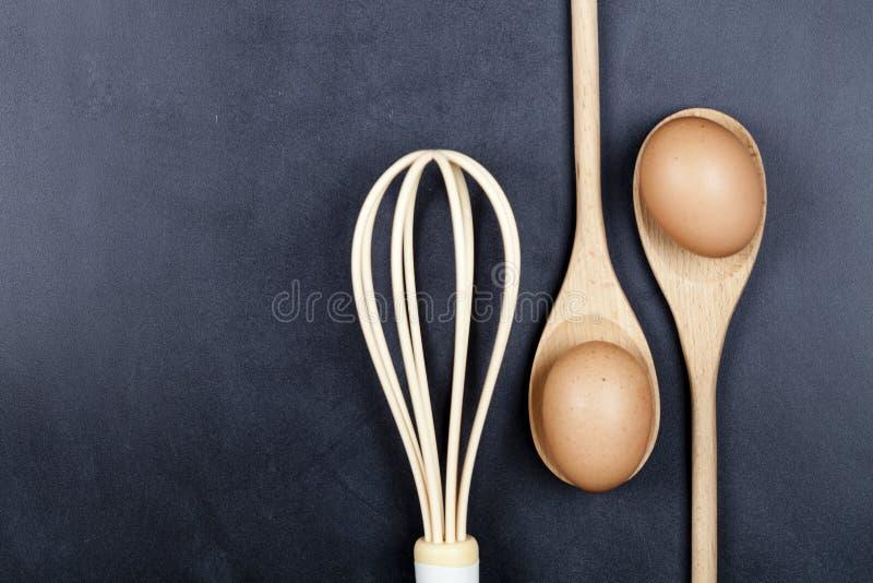 Αυγά, ξύλινα κουτάλι και μουστάκι στοκ φωτογραφία