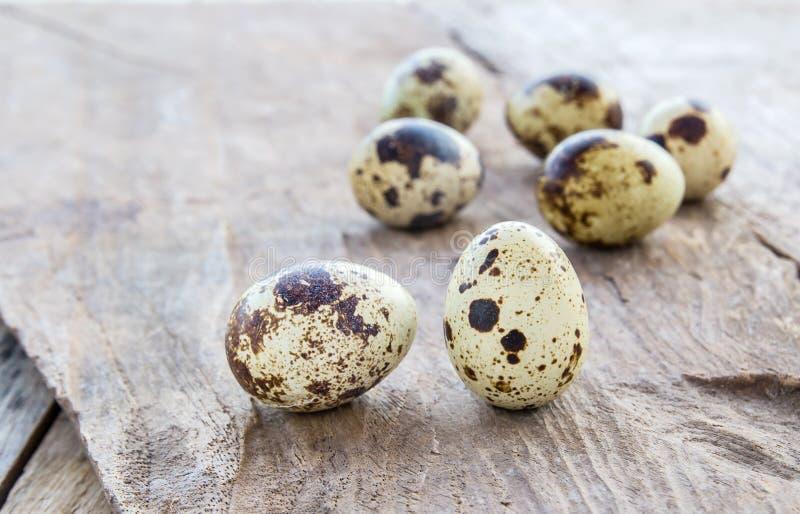 Αυγά ορτυκιών στο ξύλινο επιτραπέζιο υπόβαθρο στοκ φωτογραφία με δικαίωμα ελεύθερης χρήσης