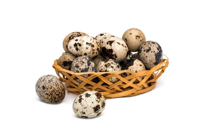 Αυγά ορτυκιών στο ψάθινο καλάθι στο άσπρο υπόβαθρο στοκ εικόνα