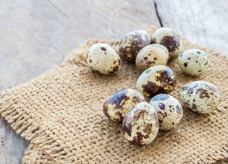 Αυγά ορτυκιών burlap στο σάκο σε έναν ξύλινο πίνακα στοκ εικόνες με δικαίωμα ελεύθερης χρήσης