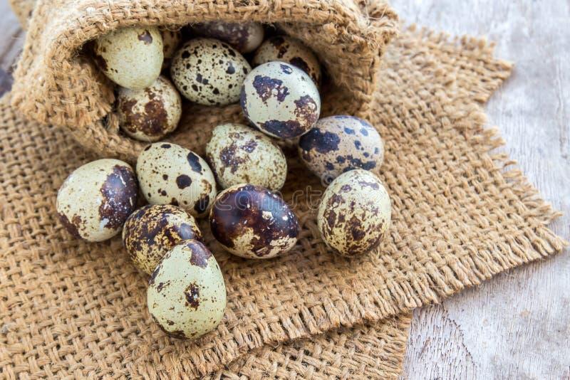 Αυγά ορτυκιών burlap στο σάκο σε έναν ξύλινο πίνακα στοκ φωτογραφία με δικαίωμα ελεύθερης χρήσης