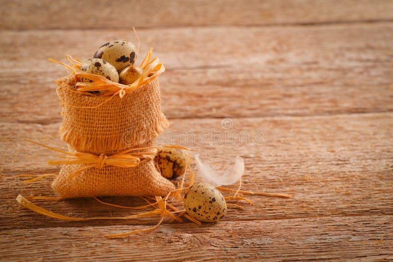 Αυγά ορτυκιών burlap στο σάκο στοκ φωτογραφία