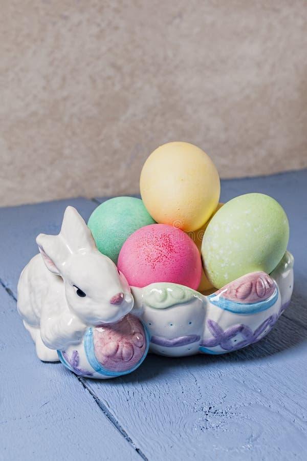 Αυγά Πάσχας, λαγουδάκι, κύπελλο στοκ εικόνες με δικαίωμα ελεύθερης χρήσης