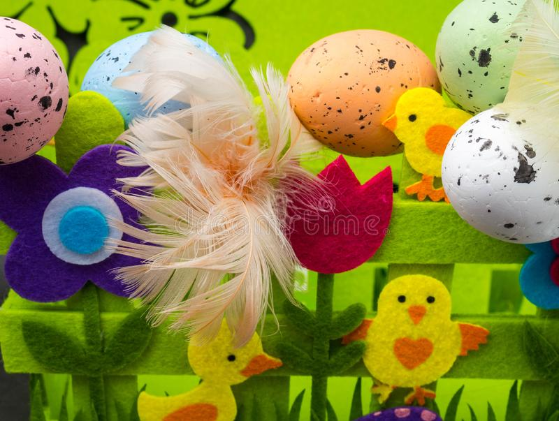 Αυγά Πάσχας και κίτρινο κοτόπουλο ως σύμβολο Πάσχας, χαιρετισμοί στοκ φωτογραφία