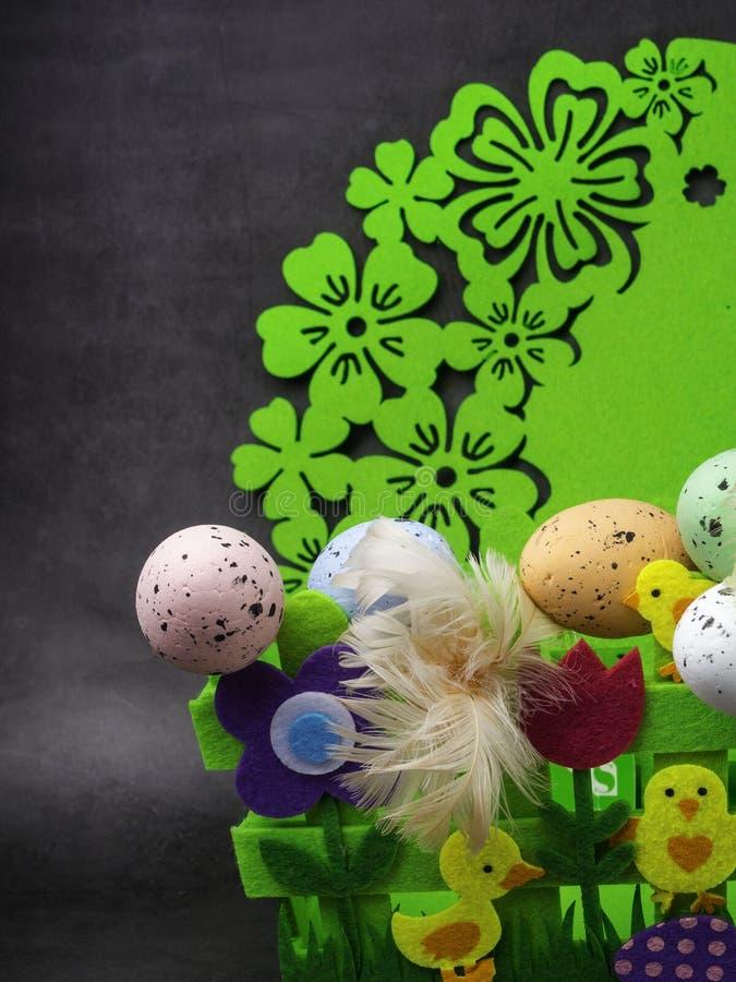 Αυγά Πάσχας και κίτρινο κοτόπουλο ως σύμβολο Πάσχας, χαιρετισμοί στοκ φωτογραφίες με δικαίωμα ελεύθερης χρήσης