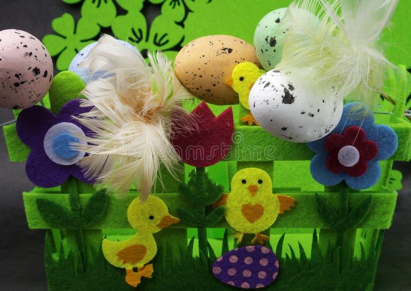 Αυγά Πάσχας και κίτρινο κοτόπουλο ως σύμβολο Πάσχας, χαιρετισμοί στοκ εικόνα