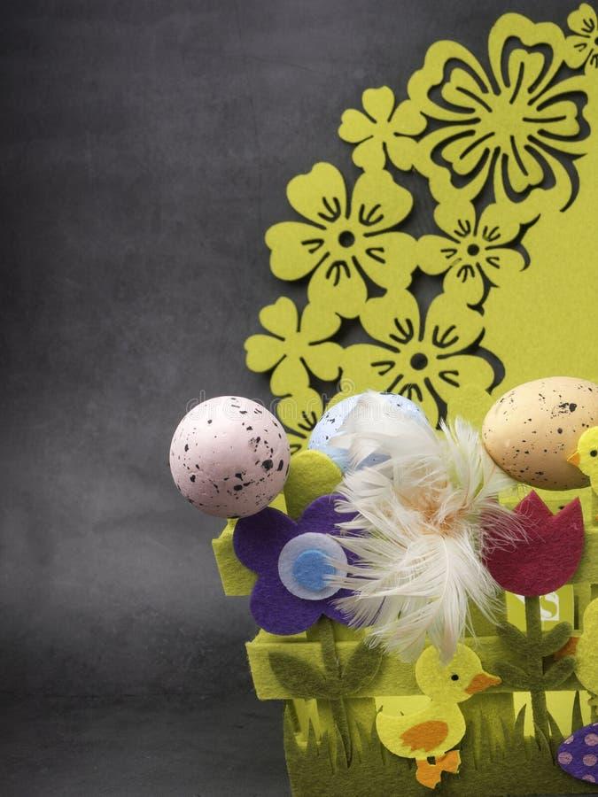 Αυγά Πάσχας και κίτρινο κοτόπουλο ως σύμβολο Πάσχας, χαιρετισμοί στοκ εικόνες με δικαίωμα ελεύθερης χρήσης