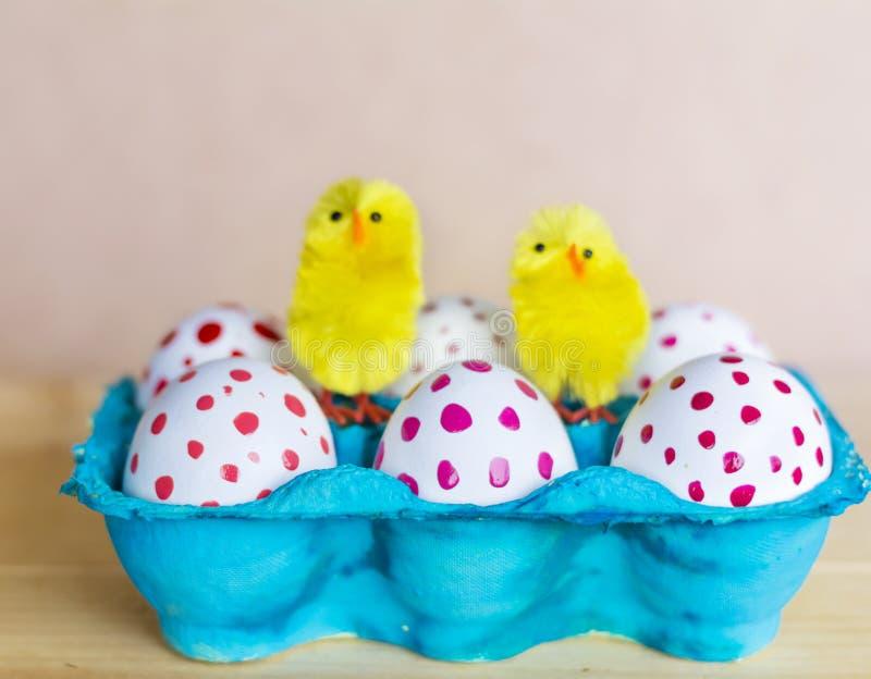 Αυγά Πάσχας με τα κόκκινα σημεία στοκ εικόνες