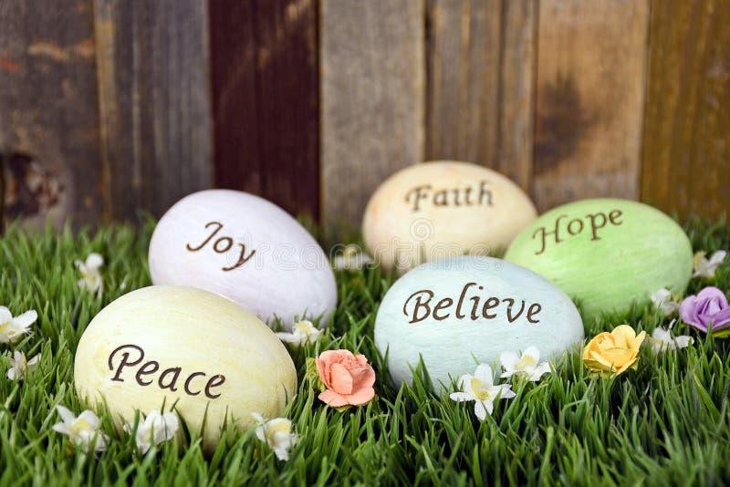 Αυγά Πάσχας με το εμπνευσμένο μήνυμα στοκ εικόνα