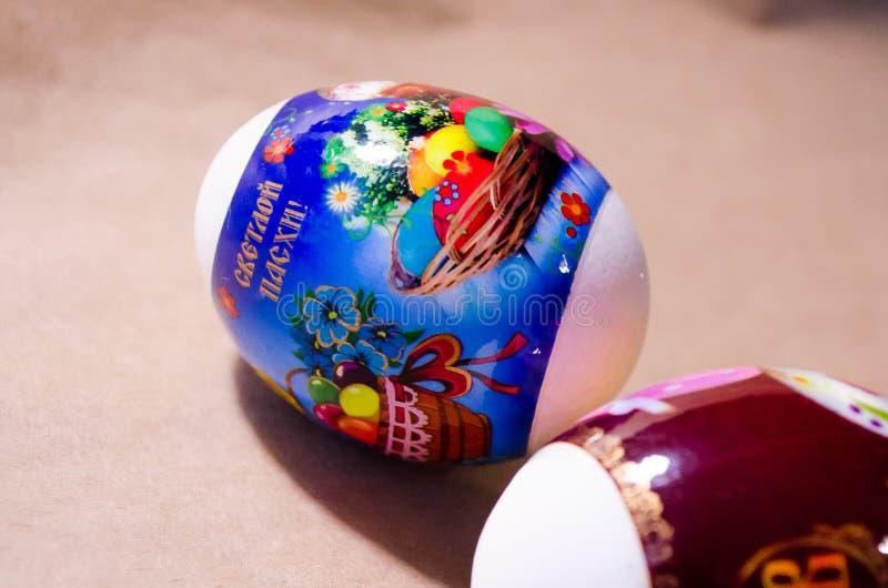 Αυγά Αυγά Πάσχας Ντεκόρ Πάσχας Αυγά στις ετικέτες αυγά δύο Άσπρα αυγά με τις αυτοκόλλητες ετικέττες διακοπών σπασμένα κιβώτιο αυγ στοκ φωτογραφία με δικαίωμα ελεύθερης χρήσης