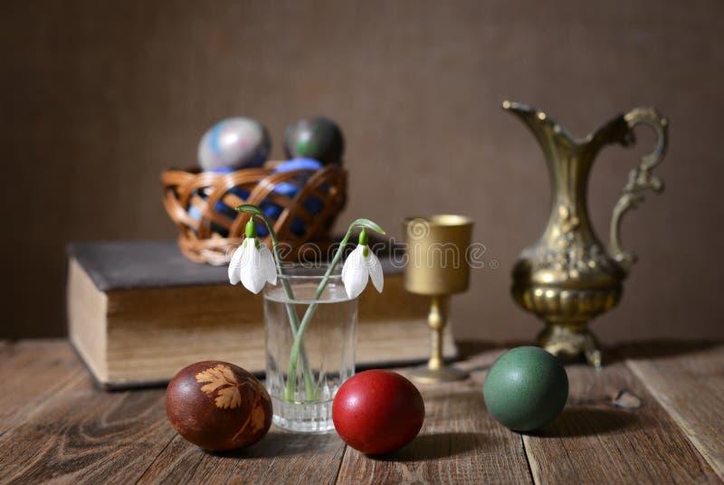 Αυγά Πάσχας, λουλούδια και κεραμική καράφα στοκ φωτογραφίες