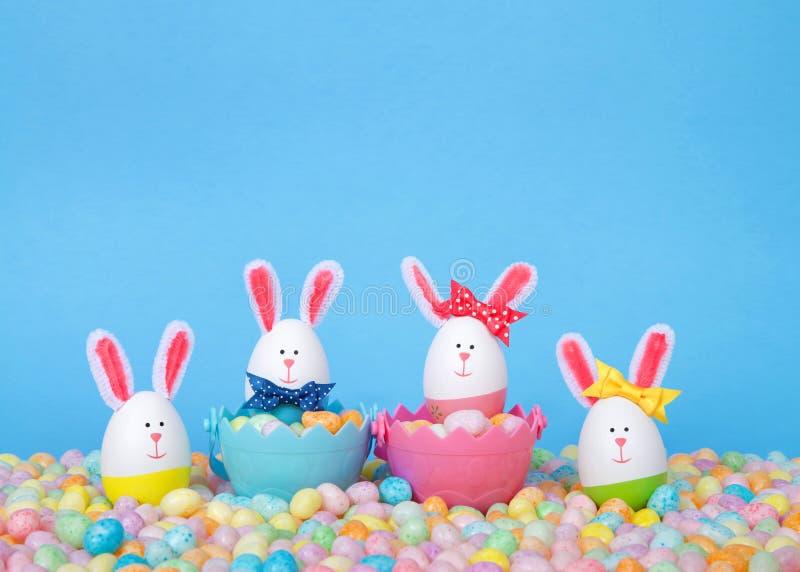 Αυγά Πάσχας που διακοσμούνται ως λαγουδάκια στα φασόλια ζελατίνας στοκ εικόνες