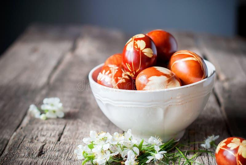 Αυγά Πάσχας που διακοσμούνται με τη φυσικά χλόη και τα λουλούδια, αγροτικό Styl στοκ εικόνες