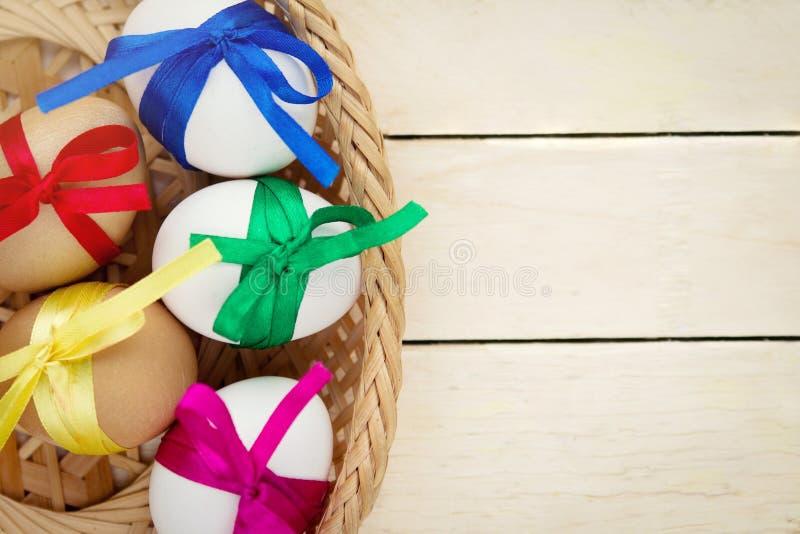 Αυγά Πάσχας που διακοσμούνται με τις κορδέλλες στοκ φωτογραφία