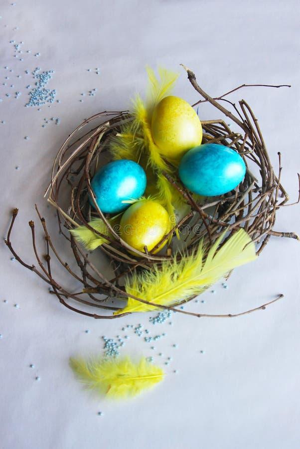 Αυγά Πάσχας που χρωματίζονται στα φωτεινά χρώματα στοκ εικόνες