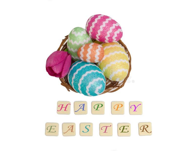 Αυγά Πάσχας σε ένα καλάθι με ευτυχείς επιθυμίες στο λευκό διανυσματική απεικόνιση