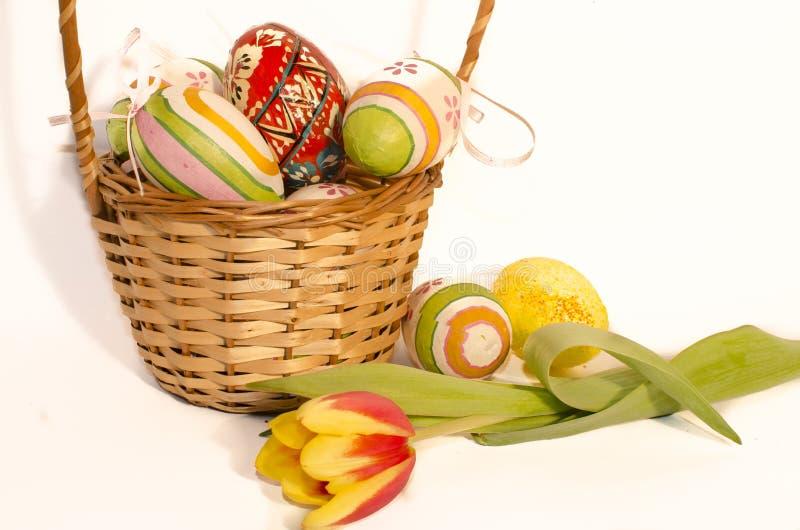 Αυγά Πάσχας σε ένα ψάθινο καλάθι στοκ εικόνες