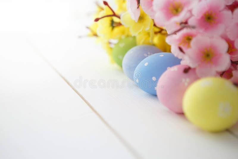 Αυγά Πάσχας στην άσπρη ξύλινη ασυνήθιστη τοπ άποψη υποβάθρου στοκ εικόνες με δικαίωμα ελεύθερης χρήσης