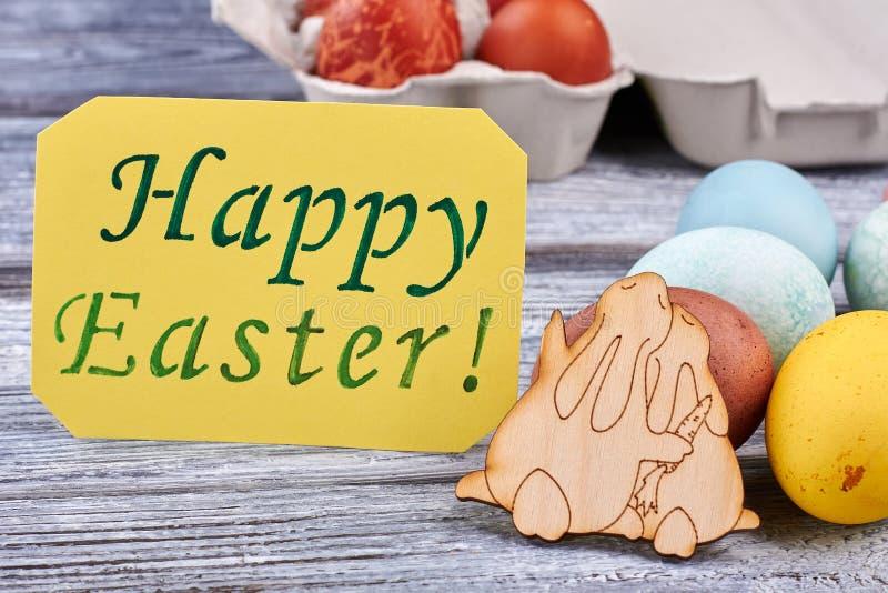 Αυγά Πάσχας στην ξύλινη επιφάνεια στοκ φωτογραφίες