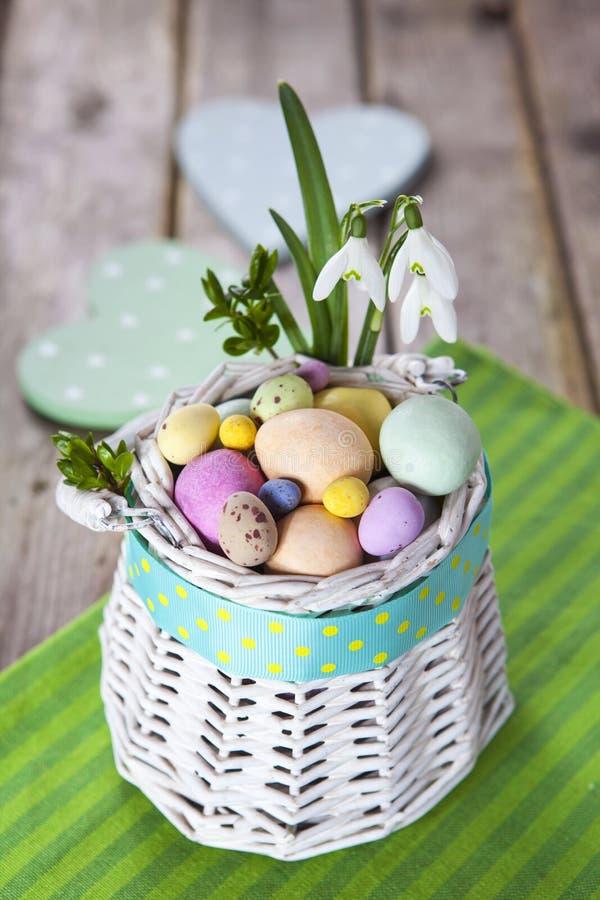 Αυγά Πάσχας στο άσπρο καλάθι στοκ φωτογραφία