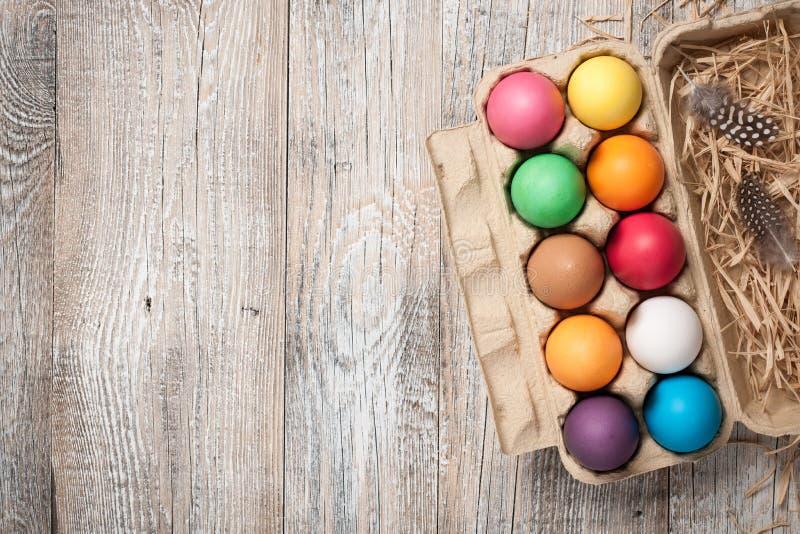 Αυγά Πάσχας στο κιβώτιο αυγών χαρτονιού στοκ εικόνες με δικαίωμα ελεύθερης χρήσης