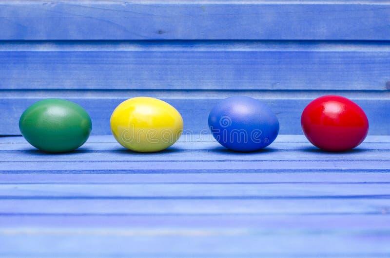 Αυγά Πάσχας στο μπλε ξύλινο υπόβαθρο στοκ φωτογραφία με δικαίωμα ελεύθερης χρήσης