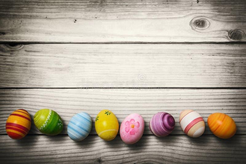 Αυγά Πάσχας στο ξύλινο υπόβαθρο στοκ φωτογραφίες