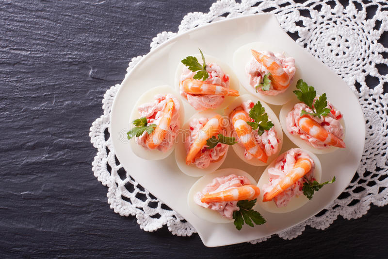 Αυγά που γεμίζονται με τις γαρίδες σε ένα πιάτο οριζόντια τοπ άποψη στοκ φωτογραφία