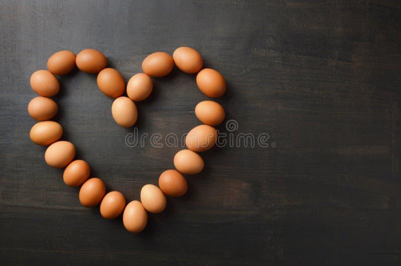 Αυγά που παρατάσσονται στη μορφή καρδιών με το διάστημα αντιγράφων στοκ εικόνα